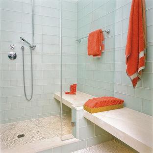 Esempio di una stanza da bagno minimal con pavimento con piastrelle a mosaico e piastrelle di vetro