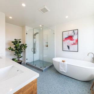 Idéer för ett lantligt vit en-suite badrum, med skåp i mellenmörkt trä, ett fristående badkar, en hörndusch, vit kakel, tunnelbanekakel, vita väggar, mosaikgolv, ett undermonterad handfat, blått golv och dusch med gångjärnsdörr