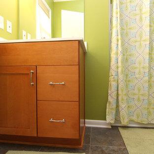 Exempel på ett litet klassiskt badrum med dusch, med ett integrerad handfat, släta luckor, skåp i mellenmörkt trä, marmorbänkskiva, en dusch i en alkov, en toalettstol med separat cisternkåpa och gröna väggar