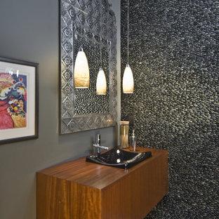Foto di una piccola stanza da bagno con doccia minimalista con lavabo a bacinella, ante lisce, ante in legno scuro, top in legno, piastrelle grigie, piastrelle di ciottoli, pareti grigie e pavimento in cemento