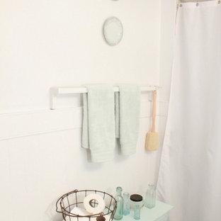 Foto di una stanza da bagno stile shabby con ante di vetro e ante blu