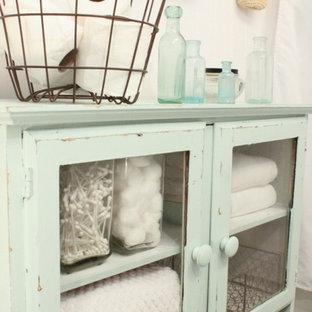 Ispirazione per una stanza da bagno stile shabby con ante di vetro e ante con finitura invecchiata