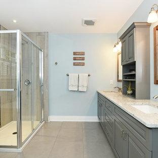 Foto di una stanza da bagno padronale american style di medie dimensioni con ante in stile shaker, ante blu, vasca freestanding, doccia ad angolo, WC a due pezzi, pareti blu, pavimento con piastrelle in ceramica, lavabo sottopiano, top in quarzite, pavimento grigio e porta doccia scorrevole