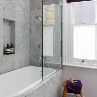 Diseño de cuarto de baño infantil, ecléctico, pequeño, con bañera encastrada, baldosas y/o azulejos grises, baldosas y/o azulejos de mármol, paredes grises, suelo de mármol, encimera de mármol, suelo gris y ducha con puerta con bisagras