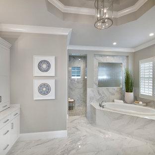 Создайте стильный интерьер: большая главная ванная комната в стиле современная классика с фасадами в стиле шейкер, белыми фасадами, накладной ванной, душем без бортиков, серыми стенами, мраморным полом, врезной раковиной, столешницей терраццо, открытым душем и белым полом - последний тренд