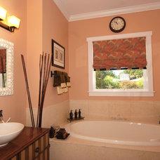 Tropical Bathroom by Javic Homes