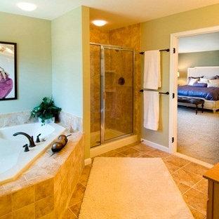 Mittelgroßes Klassisches Badezimmer En Suite mit Eckbadewanne, Duschnische, beigefarbenen Fliesen, Steinfliesen und integriertem Waschbecken in Sonstige