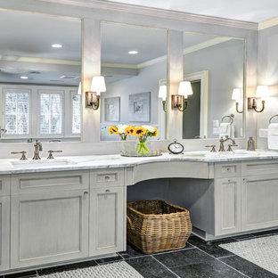 Inredning av ett klassiskt mellanstort en-suite badrum, med ett undermonterad handfat, luckor med infälld panel, grå skåp, grå kakel, blå väggar, svart golv och marmorbänkskiva