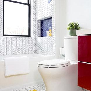 На фото: ванная комната среднего размера в современном стиле с плоскими фасадами, красными фасадами, ванной в нише, душем над ванной, раздельным унитазом, белой плиткой, плиткой мозаикой, белыми стенами, полом из мозаичной плитки, желтым полом, душевой кабиной, врезной раковиной, столешницей из искусственного кварца и открытым душем с