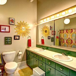 Пример оригинального дизайна: ванная комната в стиле ретро с накладной раковиной, плоскими фасадами, зелеными фасадами и раздельным унитазом