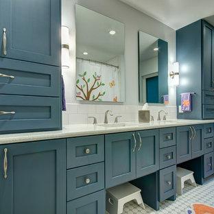 Foto de cuarto de baño infantil, clásico renovado, de tamaño medio, con lavabo bajoencimera, armarios estilo shaker, puertas de armario azules, encimera de cuarzo compacto, baldosas y/o azulejos blancos, baldosas y/o azulejos de cemento y paredes grises