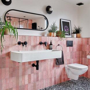 Стильный дизайн: детская ванная комната среднего размера в современном стиле с черными фасадами, открытым душем, инсталляцией, розовой плиткой, керамической плиткой, белыми стенами, полом из терраццо, раковиной с несколькими смесителями, черным полом, открытым душем, нишей, тумбой под одну раковину и подвесной тумбой - последний тренд