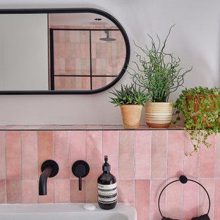 Пример оригинального дизайна: детская ванная комната среднего размера в современном стиле с черными фасадами, открытым душем, инсталляцией, розовой плиткой, керамической плиткой, белыми стенами, полом из терраццо, раковиной с несколькими смесителями, черным полом, открытым душем, нишей и тумбой под одну раковину