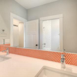 Imagen de cuarto de baño infantil, clásico renovado, pequeño, con armarios estilo shaker, puertas de armario azules, sanitario de dos piezas, baldosas y/o azulejos naranja, baldosas y/o azulejos en mosaico, paredes grises, suelo con mosaicos de baldosas, lavabo bajoencimera, encimera de cuarzo compacto y suelo gris