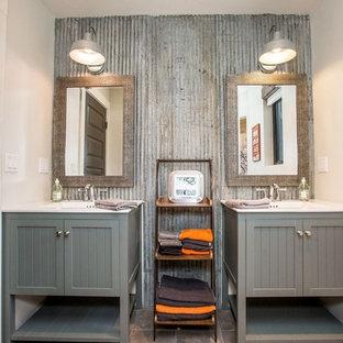 Foto di una stanza da bagno padronale industriale di medie dimensioni con ante in stile shaker, ante grigie, piastrelle grigie, piastrelle in metallo, pareti bianche, pavimento con piastrelle in ceramica, lavabo integrato e pavimento marrone