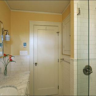 Réalisation d'une petit salle d'eau tradition avec un lavabo encastré, un plan de toilette en marbre, un carrelage blanc, des carreaux de céramique, un mur jaune et un sol en carrelage de céramique.