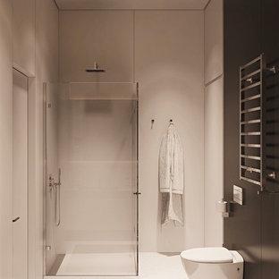 Esempio di una stanza da bagno con doccia moderna di medie dimensioni con ante di vetro, vasca ad angolo, doccia alcova, WC sospeso, piastrelle grigie, piastrelle in ceramica, pareti grigie, pavimento con piastrelle in ceramica, lavabo integrato, top in cemento, pavimento grigio e porta doccia scorrevole