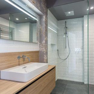 Modernes Badezimmer En Suite mit flächenbündigen Schrankfronten, hellen Holzschränken, Eckdusche, weißen Fliesen, Betonboden, Aufsatzwaschbecken, Waschtisch aus Holz, grauem Boden und beiger Waschtischplatte in Dublin