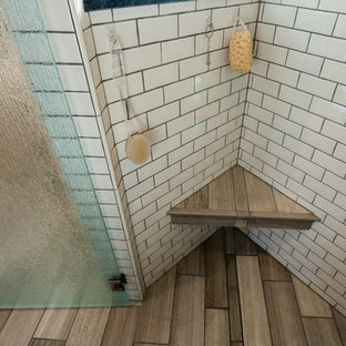 Idee per una stanza da bagno padronale american style di medie dimensioni con lavabo sottopiano, ante a filo, ante bianche, top in granito, vasca sottopiano, doccia ad angolo, WC a due pezzi, piastrelle beige, piastrelle di vetro, pareti verdi e pavimento in pietra calcarea