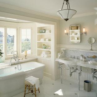 Idee per una stanza da bagno vittoriana con lavabo a consolle e vasca freestanding