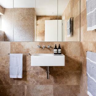 Diseño de cuarto de baño infantil, actual, de tamaño medio, con baldosas y/o azulejos marrones, baldosas y/o azulejos de travertino, suelo de travertino, lavabo suspendido y suelo marrón