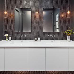 Modern inredning av ett mellanstort en-suite badrum, med släta luckor, vita skåp, svart kakel, keramikplattor, klinkergolv i keramik, bänkskiva i kvarts, ett integrerad handfat, svarta väggar och svart golv