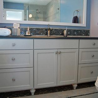 Ispirazione per una stanza da bagno con doccia stile marinaro di medie dimensioni con lavabo sottopiano, piastrelle in ceramica, pavimento con piastrelle in ceramica, ante in stile shaker, ante bianche, doccia ad angolo, WC monopezzo, piastrelle blu, pareti blu e top in cemento