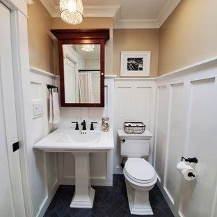 ニューヨークのおしゃれな浴室 (アルコーブ型浴槽、分離型トイレ、白いタイル、セラミックタイル、磁器タイルの床、ペデスタルシンク、グレーの床、白い洗面カウンター、ニッチ、洗面台1つ、羽目板の壁) の写真