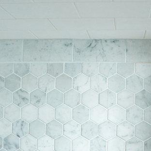 Ejemplo de cuarto de baño principal, ecléctico, de tamaño medio, con armarios estilo shaker, puertas de armario blancas, bañera con patas, ducha esquinera, sanitario de dos piezas, baldosas y/o azulejos blancos, baldosas y/o azulejos de cemento, paredes grises, suelo de mármol, encimera de mármol y lavabo bajoencimera