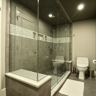 Esempio di una sauna minimal di medie dimensioni con ante lisce, ante con finitura invecchiata, doccia ad angolo, WC a due pezzi, piastrelle bianche, piastrelle a mosaico, pareti grigie, pavimento in gres porcellanato, lavabo a bacinella e top in quarzo composito
