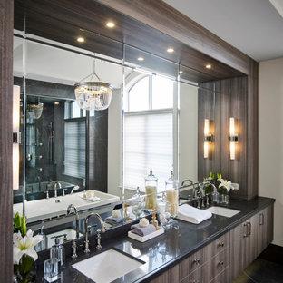 Klassisches Badezimmer En Suite mit flächenbündigen Schrankfronten, braunen Schränken, freistehender Badewanne, bodengleicher Dusche, grauen Fliesen, Porzellanfliesen, weißer Wandfarbe, Porzellan-Bodenfliesen, Unterbauwaschbecken, Quarzwerkstein-Waschtisch, grauem Boden, Falttür-Duschabtrennung, schwarzer Waschtischplatte, WC-Raum, Doppelwaschbecken, schwebendem Waschtisch, gewölbter Decke und Tapetenwänden in Toronto