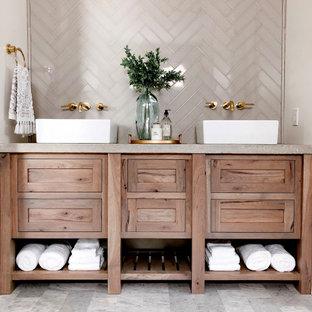 Esempio di una stanza da bagno country con ante in legno scuro, lavabo a bacinella, top in cemento, top grigio, due lavabi e mobile bagno sospeso