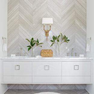 Imagen de cuarto de baño principal, contemporáneo, con lavabo bajoencimera, armarios con paneles lisos, puertas de armario grises y baldosas y/o azulejos beige