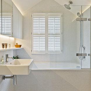 Idee per una piccola stanza da bagno con doccia minimal con vasca ad alcova, vasca/doccia, piastrelle bianche, pareti bianche, ante lisce, lavabo sospeso e doccia aperta