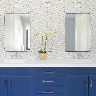 Foto di una stanza da bagno padronale costiera con ante in stile shaker, ante blu, pareti multicolore, lavabo sottopiano, pavimento grigio e top bianco