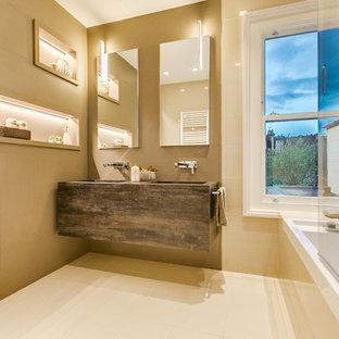 Пример оригинального дизайна: главная ванная комната среднего размера в современном стиле с ванной в нише, душем в нише, коричневыми стенами, подвесной раковиной и инсталляцией