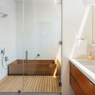 Idéer för ett modernt badrum, med ett undermonterad handfat, släta luckor, skåp i mellenmörkt trä, ett japanskt badkar, vit kakel och vita väggar