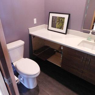 Idéer för att renovera ett litet funkis badrum, med släta luckor, skåp i mörkt trä, en toalettstol med separat cisternkåpa, grå kakel, ett undermonterad handfat, bänkskiva i kvarts och lila väggar
