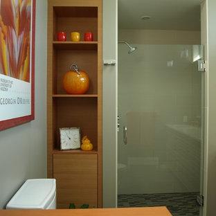 Esempio di una stanza da bagno padronale moderna di medie dimensioni con ante lisce, ante in legno scuro, doccia doppia, WC a due pezzi, piastrelle beige, piastrelle di vetro, pareti beige, pavimento con piastrelle in ceramica, top in quarzo composito e lavabo sottopiano