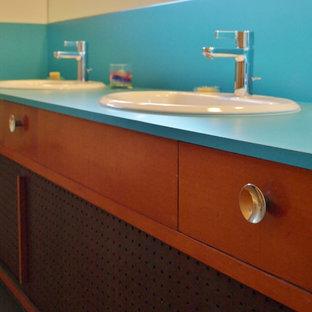 Неиссякаемый источник вдохновения для домашнего уюта: детская ванная комната среднего размера в стиле ретро с фасадами с утопленной филенкой, фасадами цвета дерева среднего тона, ванной в нише, душем над ванной, раздельным унитазом, серой плиткой, стеклянной плиткой, белыми стенами, полом из керамической плитки, накладной раковиной и столешницей из ламината