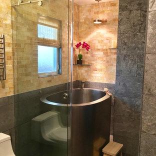 Immagine di una stanza da bagno padronale con ante in stile shaker, ante in legno bruno, piastrelle multicolore, pavimento in gres porcellanato, lavabo rettangolare, top in quarzite, pavimento grigio, vasca giapponese, zona vasca/doccia separata e porta doccia scorrevole