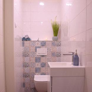 Esempio di una piccola stanza da bagno per bambini moderna con doccia alcova, WC monopezzo, piastrelle bianche, piastrelle in ceramica, pareti bianche, pavimento con piastrelle in ceramica, top in legno, pavimento marrone, porta doccia a battente, top bianco e un lavabo