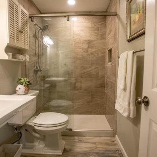 Foto di una piccola stanza da bagno chic con ante bianche, pavimento in legno massello medio, doccia alcova, WC monopezzo, piastrelle grigie, pareti grigie, lavabo a colonna, pavimento multicolore, porta doccia scorrevole e top bianco