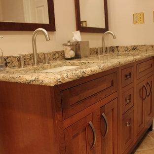 Mittelgroßes Modernes Duschbad mit Einbauwaschbecken, Schrankfronten mit vertiefter Füllung, hellbraunen Holzschränken und Quarzwerkstein-Waschtisch in Philadelphia