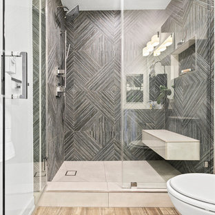 Foto på ett mellanstort vintage badrum för barn, med ett hörnbadkar, grå kakel, porslinskakel och vita väggar