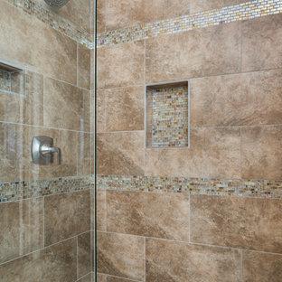 Mittelgroßes Modernes Badezimmer En Suite mit Lamellenschränken, braunen Schränken, Eckbadewanne, Duschnische, Toilette mit Aufsatzspülkasten, farbigen Fliesen, Mosaikfliesen, beiger Wandfarbe, Porzellan-Bodenfliesen, integriertem Waschbecken, Marmor-Waschbecken/Waschtisch, beigem Boden und Falttür-Duschabtrennung in Dallas