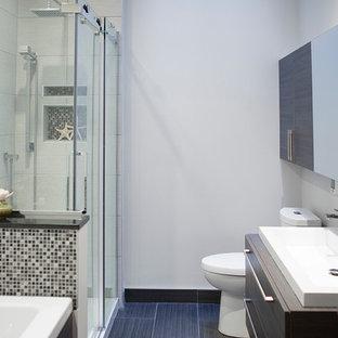 Kleines Modernes Badezimmer mit Einbauwaschbecken, flächenbündigen Schrankfronten, dunklen Holzschränken, Laminat-Waschtisch, Badewanne in Nische, Eckdusche, Toilette mit Aufsatzspülkasten, schwarz-weißen Fliesen, Mosaikfliesen, grauer Wandfarbe und Keramikboden in Montreal