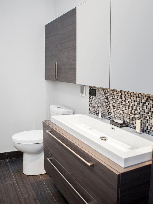 badezimmer mit laminat-waschtisch und mosaikfliesen: design-ideen
