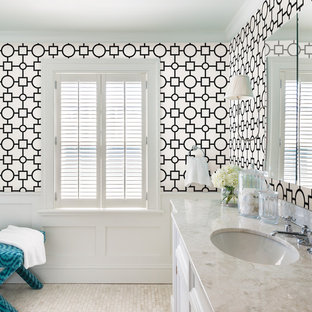 Diseño de cuarto de baño clásico renovado con armarios con paneles empotrados, puertas de armario blancas, paredes multicolor, suelo con mosaicos de baldosas y lavabo bajoencimera