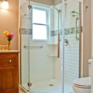 Mittelgroßes Klassisches Duschbad mit Schrankfronten im Shaker-Stil, dunklen Holzschränken, Eckdusche, Toilette mit Aufsatzspülkasten, weißen Fliesen, Metrofliesen, brauner Wandfarbe und Porzellan-Bodenfliesen in New York